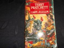 CORGI PB BOOK 1999 TERRY PRATCHETT DISCWORLD NOVEL CARPE JUGULUM